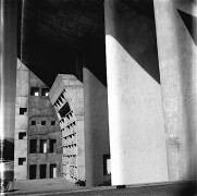 Sureh SHARMA () Piliers supportant le toit de la High Court (Le Corbusier architecte) - crica 1955.