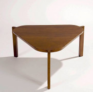 Pierre JEANNERET (1896-1967) Table basse (Large Coffee Table) - circa 1950 Teck massif à plateau triangulaire arrondi aux angles sur...