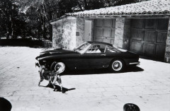 WILLIAM CLAXTON (né en 1927) Steve Mc Queen, devant deux Ferrari 250 GT Berlinetta Lusso, 1963