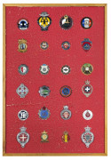 Collection de 24 badges automobiles