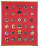 Collection de 30 badges automobiles principalement Italiens