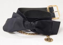 7372cba1ef CHANEL, Elégante ceinture en satin avec un grand noeud devant, chaîne dorée  ornée d