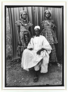 Seydou KEÏTA 1921 - 2001 Sans titre (Seated man with his two daughters) - 1952-1955 Tirage argentique (1997)
