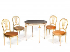 UNE TABLE ET QUATRE CHAISE