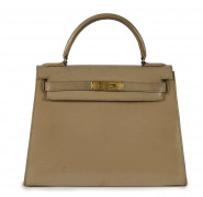 HERMÈS 1970  Sac KELLY 28 Box Parchemin Garniture métal plaqué or Importantes usures, griffures, importantes taches à l'...