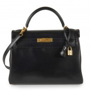 HERMÈS 2001  Sac KELLY 32 Box noir Garniture métal plaqué or Usure aux angles  KELLY 32 bag Black box calfskin lea...