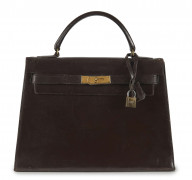 HERMÈS  Sac KELLY 32 Box marron Garniture métal plaqué or En l'état, importantes griffures  KELLY 32 bag Brown box c...