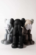 "KAWS pour Original Fake (Né en 1974) Set de 3 ""Passing Through Companion"" (black, brown and grey) - 2013 Vinyle"
