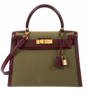 HERMÈS 1994  Sac KELLY Sellier 28 Box bordeaux, toile vert olive Garniture métal plaqué or  KELLY Sellier 28 bag Bur...