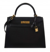 HERMÈS  Sac KELLY Sellier 28 Box noir Garniture métal plaqué or  KELLY Sellier 28 bag Black box calfskin leather Gil...