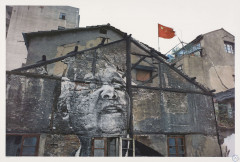 J.R. Né en 1984 The Wrinkles of the City, Action in Shanghai, Jiang Qizeng - Red Flag, China, 2010 - 2012 Lithographie en couleurs
