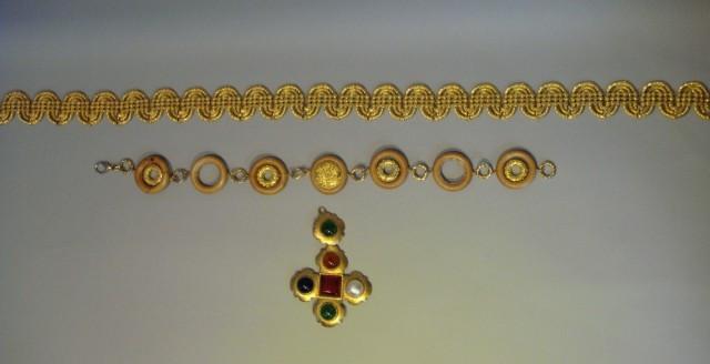 CHANEL, ANONYME PENDENTIF figurant une croix en métal doré martelé serti de  cabochons en résine ... d4218f5537b