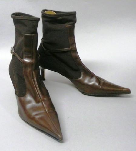18231015026eb ... Christian LOUBOUTIN, Sergio ROSSI LOT comprenant une PAIRE de LOW BOOTS  en cuir noir drapé