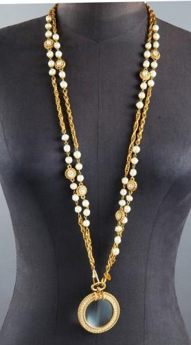 CHANEL DOUBLE SAUTOIR chaîne en métal doré entrecoupé de perles fantaisie  et de petits motifs sertis fbbe681fc04
