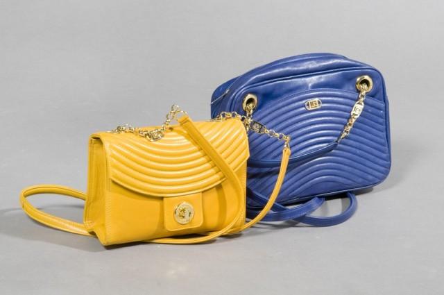 870f6725f88cb1 Guy LAROCHE LOT de DEUX SACS en cuir partiellement matelassés, le premier  bleu roi muni