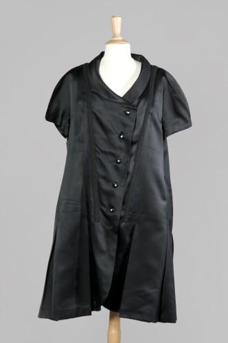 43d0f7609866f CHANEL (attribuée à) ROBE en satin duchesse noir, col châle sur boutonnage  asymétrique