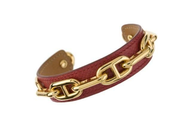 3015df5f9e0 HERMES Paris made in france Bracelet jonc en cuir courchevel rouge avec un  décor en application