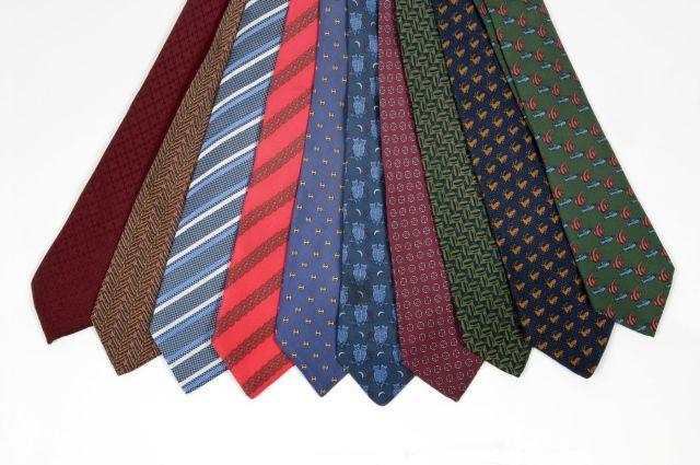 7bdc2452bd HERMES Paris made in france Lot de 10 cravates en soie imprimée. 10 SILK  PRINTED