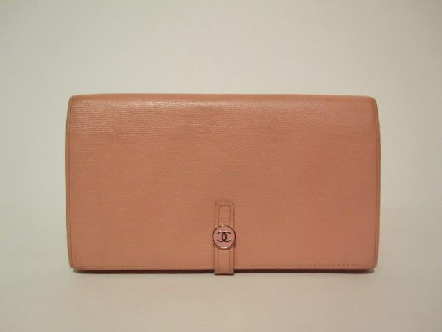 52dad67936cb CHANEL Portefeuille en veau rose bonbon formant porte-monnaie et porte-cartes.  Bon