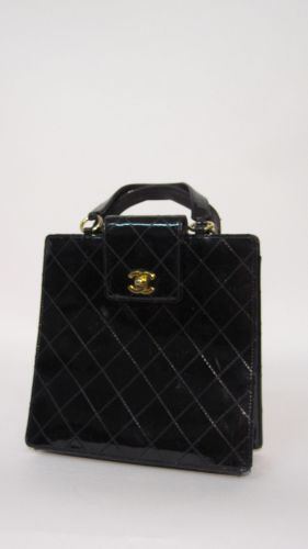 3198577815 CHANEL Petit sac porté main en cuir matelassé verni noir. Avec sa Carte d'