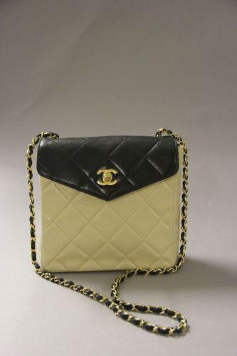 f05650d723e1 CHANEL Sac classique porté épaule en veau bicolore noir et beige matelassé.  Rabat en V