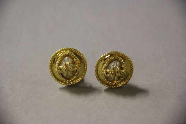 3368e99a033 CHANEL Paire de boucles d oreilles en laiton doré siglé avec perle  palladiée. Excellent
