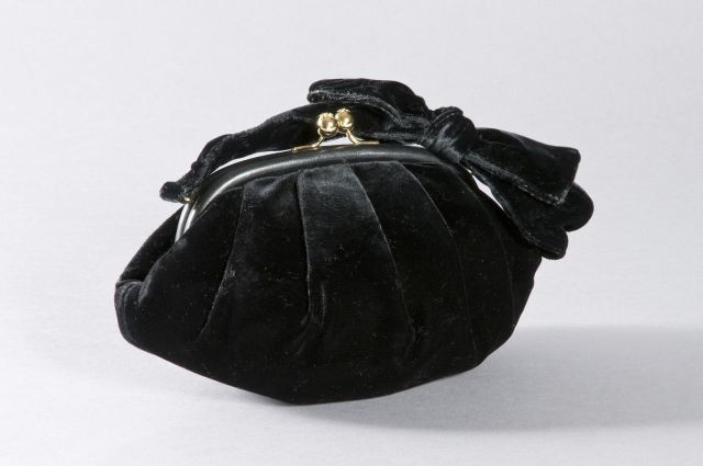 fc9aace837 CHANEL Sac de soirée en velours noir, fermeture pression, anse en velours avec  nœud