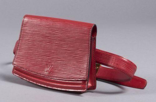 616065a41c69 Louis VUITTON Pochette en cuir épi rouge avec ceinture à boucle dorée.  Taille 95