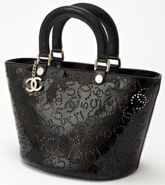 CHANEL (édition limitée) Beau sac en cuir verni noir ajouré de trous  figurant les a6f08e6d8c26