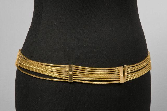 6818082f27b CHANEL Ceinture multi chaînes tubogaz en métal doré retenues par de petits  motifs rectangulaires (siglée