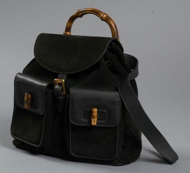 c6a998e785 GUCCI Sac à dos en suède noire avec garniture bambou. Anses en cuir noir  ajustables