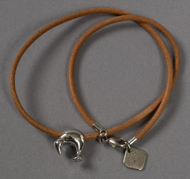 db95ab3eeda Louis VUITTON Bracelet double tour en cuir naturel à décor d un pingouin.  Edition