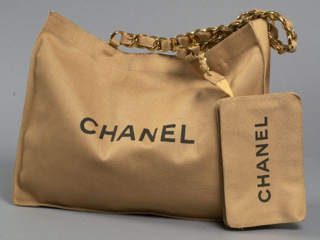 1b32d939da5 CHANEL Cabas en toile beige avec pochette intérieure amovible