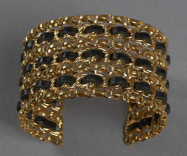 1936955c1b6 CHANEL Bracelet rigide à trois rangs en métal doré ajouré façon maillons de  chaîne