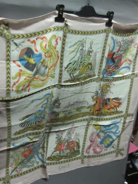 5fbc287d2949 GUCCI Foulard en soie imprimée, à décor de chevaliers, à bordure rose pâle.