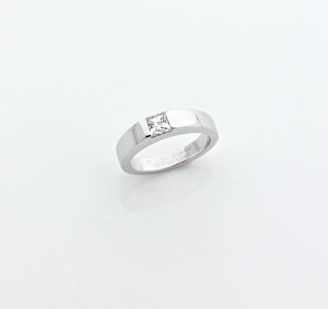 7825ba8a998 CARTIER Bague en or gris sertie d un diamant taille radian. Poids du diamant