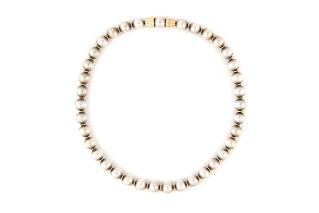 Collier en argent et or jaune figurant des perles. Signé 31ac2e96715