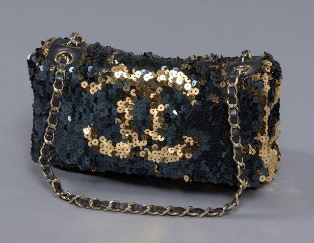 d4db7a381ab838 CHANEL (Collector) Elégant sac entièrement rebrodé de sequins or et bleu  nuit figurant le