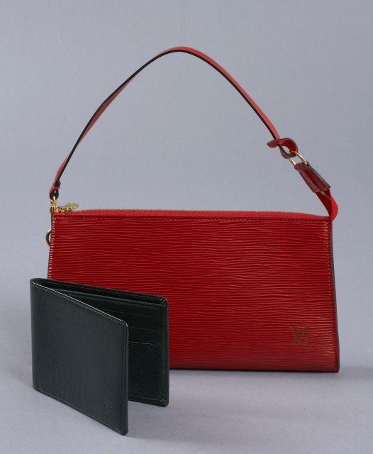 32e8be4e7870 Louis VUITTON, Lot de deux   pochette accessoire en cuir épi rouge, anse en
