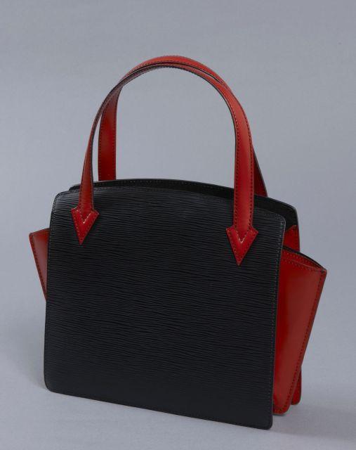 d358708e606c Louis VUITTON, Rare petit sac à main en forme de trapèze en cuir épi noir