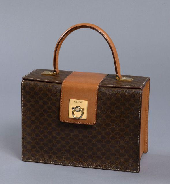 CELINE, Sac à main Box en toile monogrammée marron, poignée, base et côtés e342e2c9488