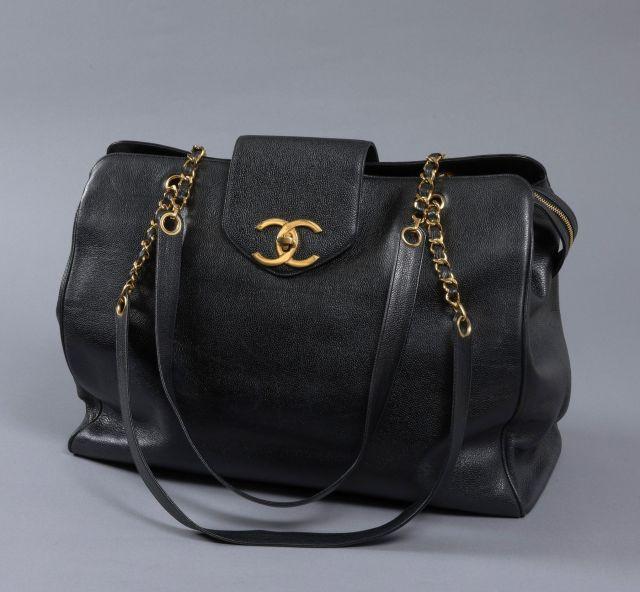 c267f22138 CHANEL, Magnifique grand sac porté épaule en cuir caviar noir, fermoir  siglé en métal