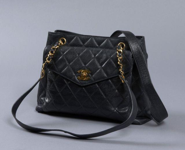 CHANEL, Sac d épaule en cuir caviar noir avec une poche avant à rabas c94c8fef16c