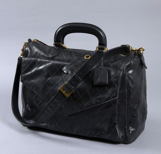 CHANEL, Rare sac de voyage vintage en cuir noir surpiqué à motif de pointe  de 265752a8b57