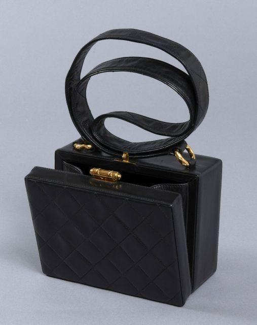 7043278916d7 CHANEL, Très rare sac d épaule vintage en cuir noir matelassé forme boîte,