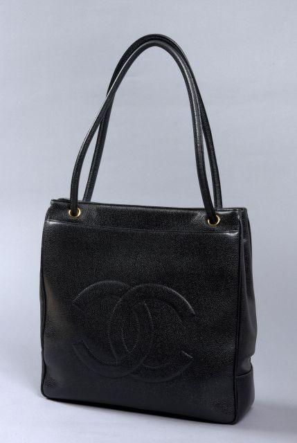 a63229df44 CHANEL, Grand sac cabas 36 cm en cuir caviar noir siglé à l'avant