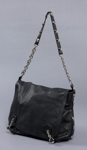 670575fd095840 Sonia RYKIEL, sac à rabat porté épaule en cuir noir clouté sur les cotés,