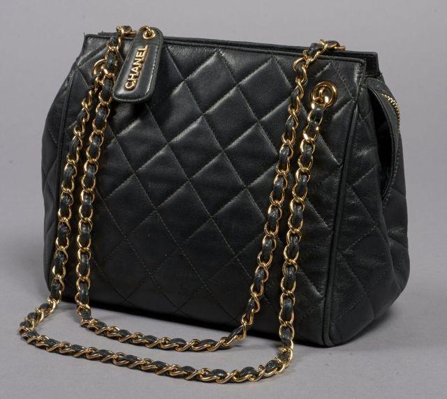 CHANEL, Sac d épaule en cuir matelassé noir et anses entrelacées de cuir à b940baa8fdc