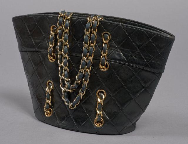 766f5f8bd317 CHANEL, Vintage sac à main de forme évasée en cuir matelassé noir, deux  poignées