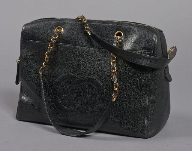 CHANEL, Grand sac shopping en cuir grainé noir avec une pochette siglée sur  le devant e00dcfa5156